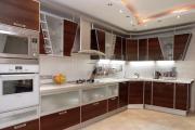 Podejmując się montażu kuchni na własną rękę warto wziąć kogoś do pomocy (fot. Interiordesignsworld.com)